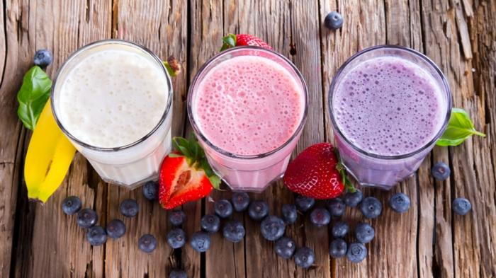 gesund abnehmen drei verschiedene sorten von smoothies blaubeeren erdbeeren banane proteinpuder