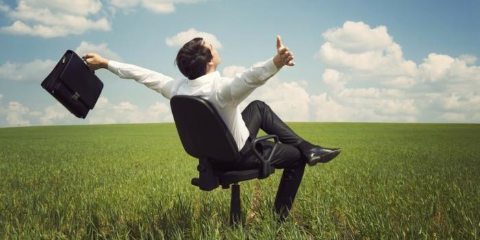 gesund abnehmen stressfrei leben sich wohlfühlen meditieren mann sitzt auf einem arbeitsstuhl wie im büro aber auf einem feld