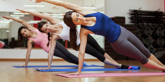 abnehmen leicht gemacht yoga übungen für anfänger und fortgeschrittene damensport saal training zu dritt