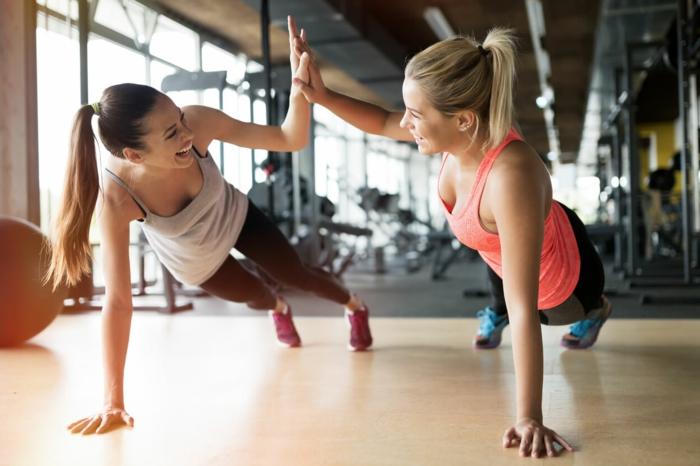 ernährungsplan zum abnehmen kombiniert mit übungen und sport, im sportsaal mit der besten freundin