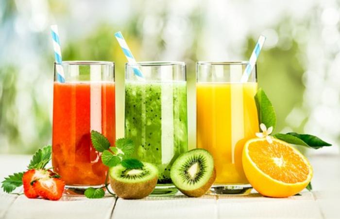 ernährungsplan zum abnehmen drei arten von säften kiwi orange erdbeeren, gläser strohhalme
