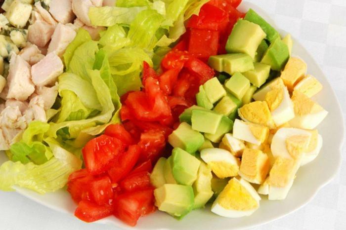 ernährungsplan zum abnehmen salate im sommer genießen verschiedene sorten tomaten gurken eier gekochtes ei