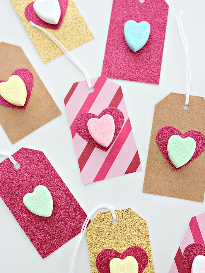 Anhänger mit kleinen Herzen selbst gestalten, mit Glitzer verzieren, süßes Geburtstagsgeschenk