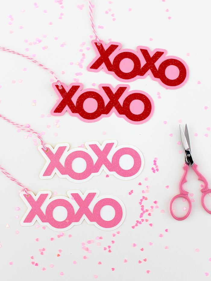 Selbstgemachte Anhänger, Aufschrift XOXO, mit Glitter verziert, rosa Schere