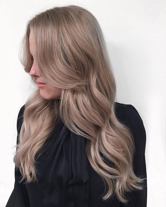 aschblonde haare, frauen mit locken, schwarze bluse mit langen ärmeln, damenfrisuren, trendige haarfarben