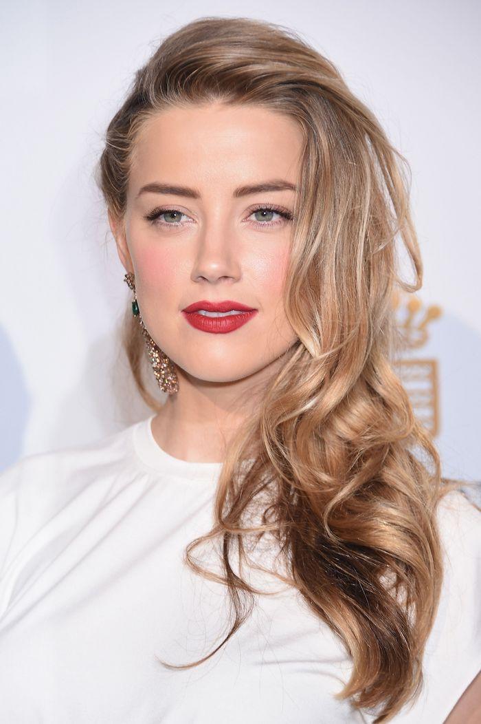 aschblonde haare, seitenfrisur mit locken, make up für blaue augen, roter lippenstift, dunkelblond