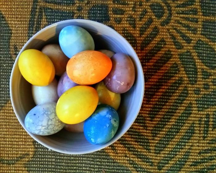 Ostereier natürlich färben, eine Schale voller bunte Eier mit natürlichen Materialien gefärbt