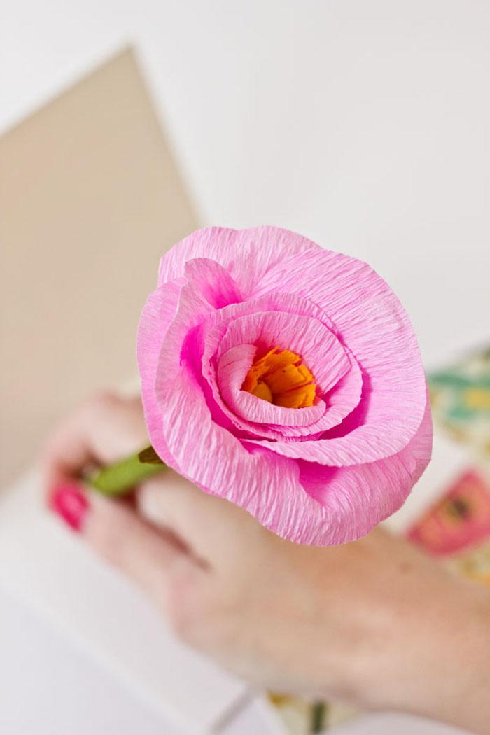 Blume aus Papier selber basteln, rosa Blüte aus Krepppapier, Blumenstrauß selber machen