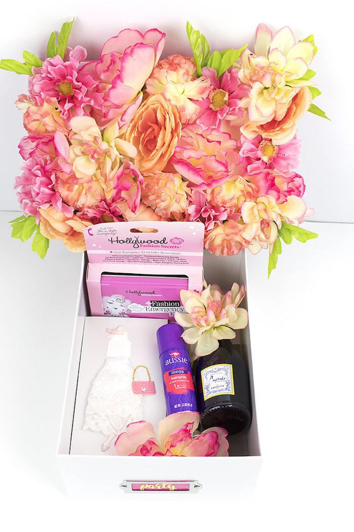 Geschenk für die Braut, Schachtel mit künstlichen Blüten verziert, Champagner und Accessoires für die Braut