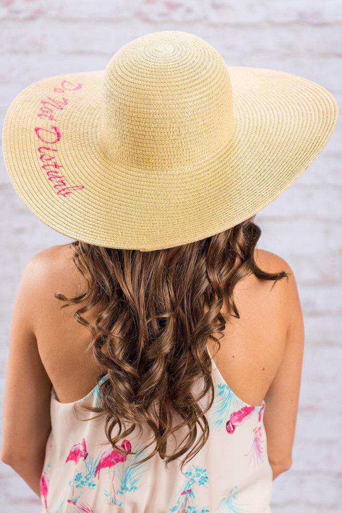 Sommerhut mit Aufschrift Do Not Disturb, Geschenk für die Flitterwochen, weißes Top mit Flamingos, kastanienbraune Haare