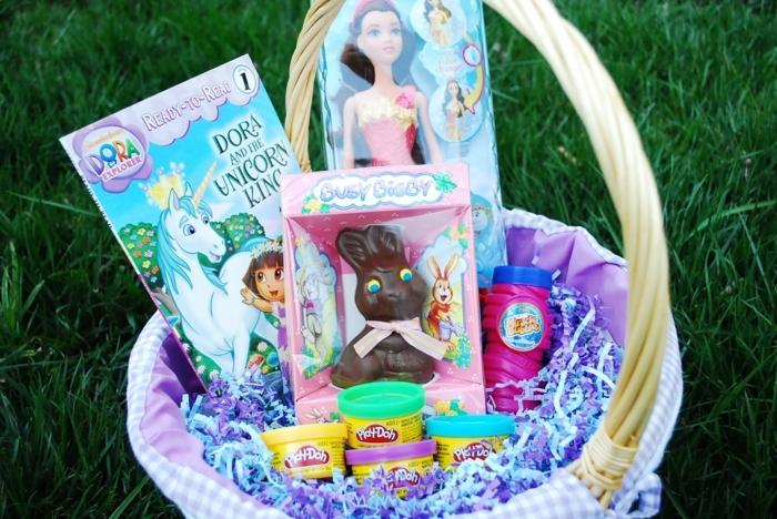Ostergeschenke basteln, kleine Ostergeschenke in einem Körbchen legen für Mädchen