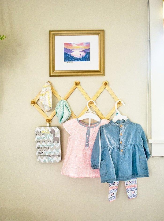 Babykleider für Mädchen, Jeansjacke und rosa Bluse, Bild mit goldenem Rahmen