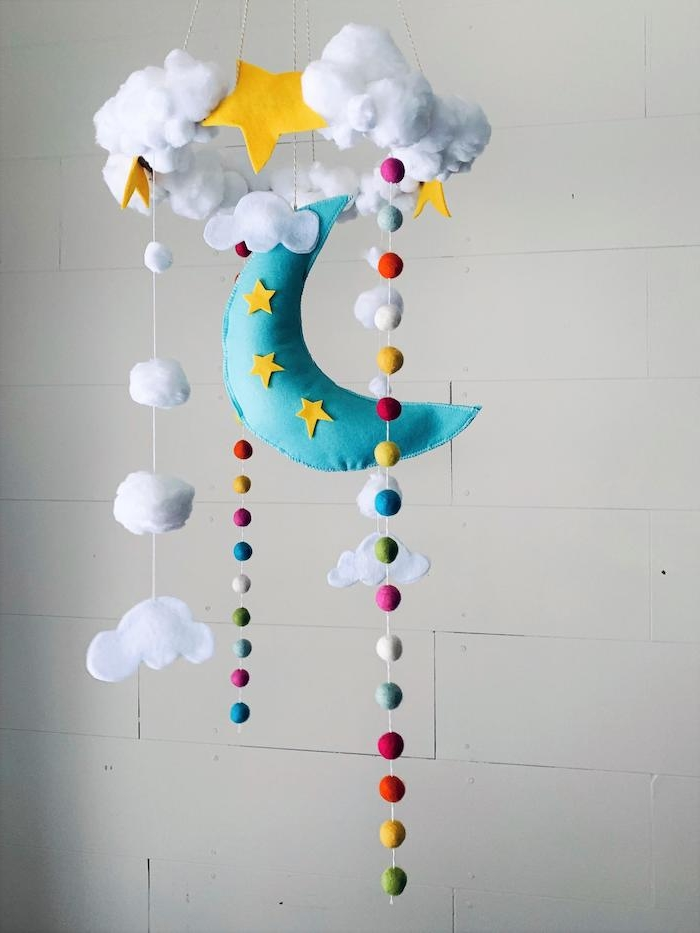Mobile für Babyzimmer selber basteln, blauer Mond, weiße Wolken aus Watte, bunte Kugeln
