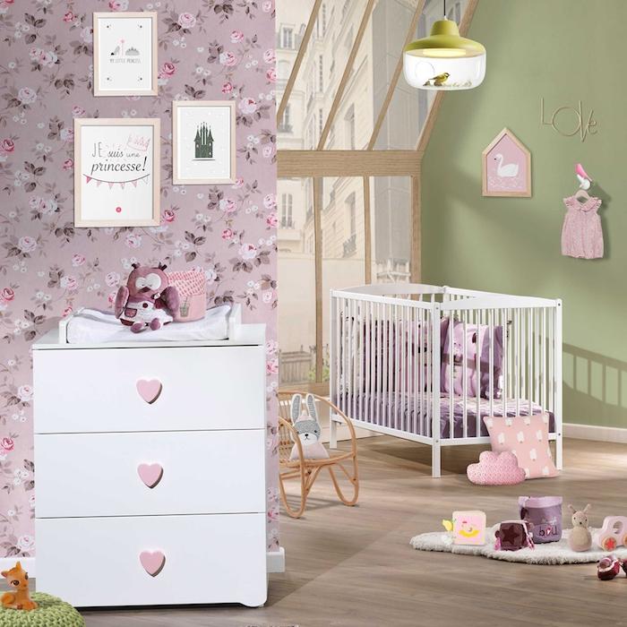 Babyzimmer Einrichtung für Mädchen, rosa Tapete mit Blumenmuster, Uhu Kuscheltier und viele kleine Kissen