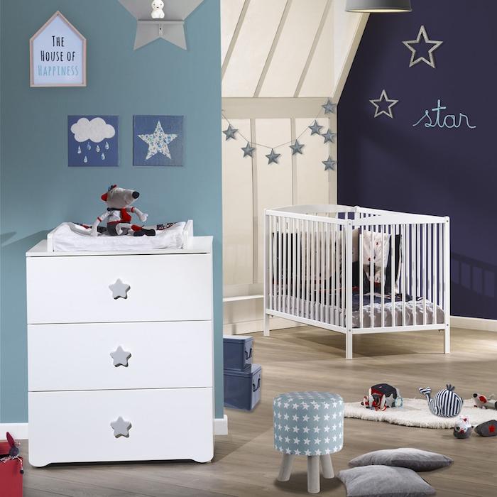 Babyzimmer Einrichtung für Junge, in Hell- und Dunkelblau, Sternchen überall, weiße Möbel