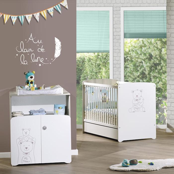 Babyzimmer Einrichtung und Deko, weiße Möbel, Girlande aus Papier, kleine Spielzeuge
