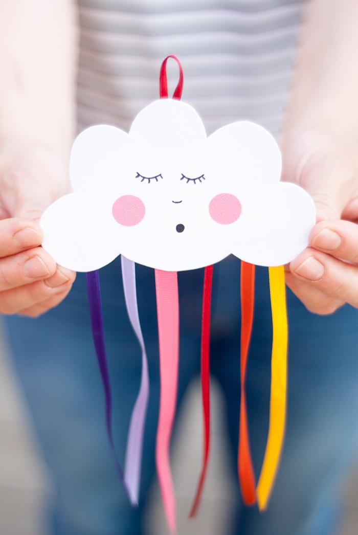 DIY Wanddeko für Babyzimmer, Wolke aus Papier schneiden und Regenbogen aus bunten Streifen