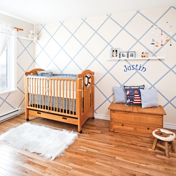 Einrichtung für Jungenzimmer, Möbel aus Holz, Maritime Dekoration, Wandfarbe Blau und Weiß