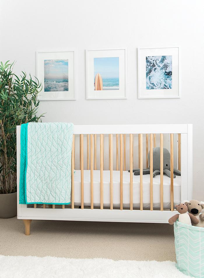 Babyzimmer Einrichtungsideen, Wandfarbe Weiß, weißes Babybett, hellblaue Bettwäsche, grüne Pflanze, kleine Kuscheltiere