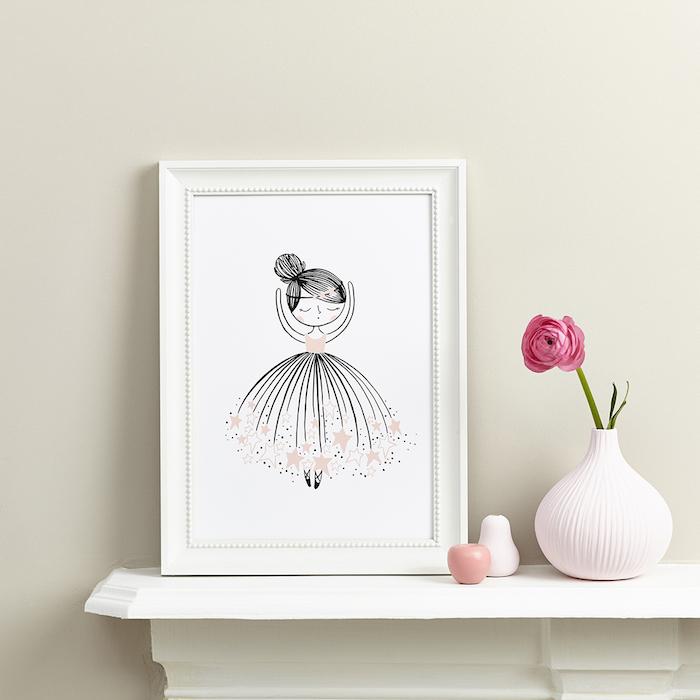 Kinderzimmer Deko, Ballerina Zeichnung in weißem Rahmen, rosa Blume in weißer Vase