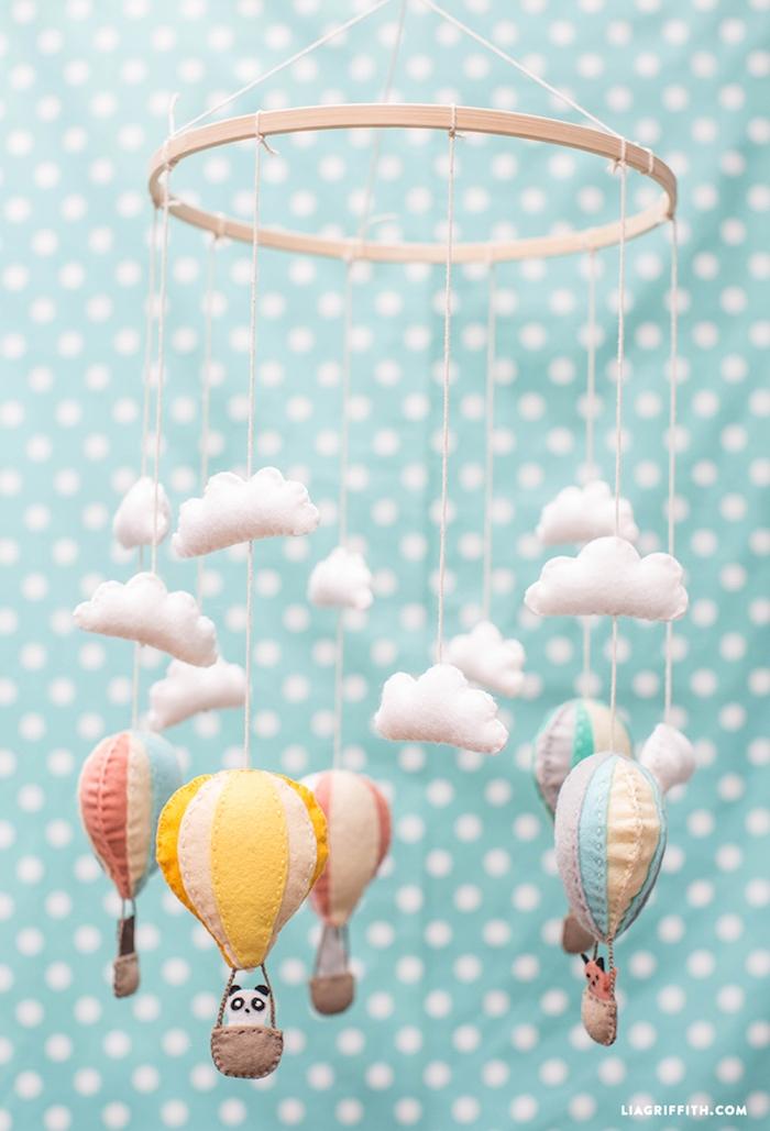 Süße Mobile für Babyzimmer selber basteln, Pandas und Füchse in Heißluftballons und weiße Wolken