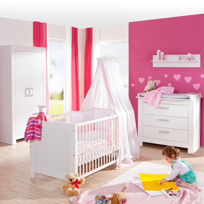 Babyzimmer in Rosa und Weiß, Babybett mit himmel, kleines Mädchen zeichnet Sonne