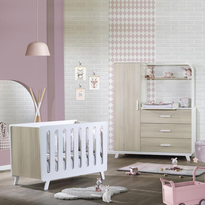Mädchenzimmer in zarten Pastellnuancen, weißes Babybett aus Holz, kleine Kuscheltiere auf dem Boden
