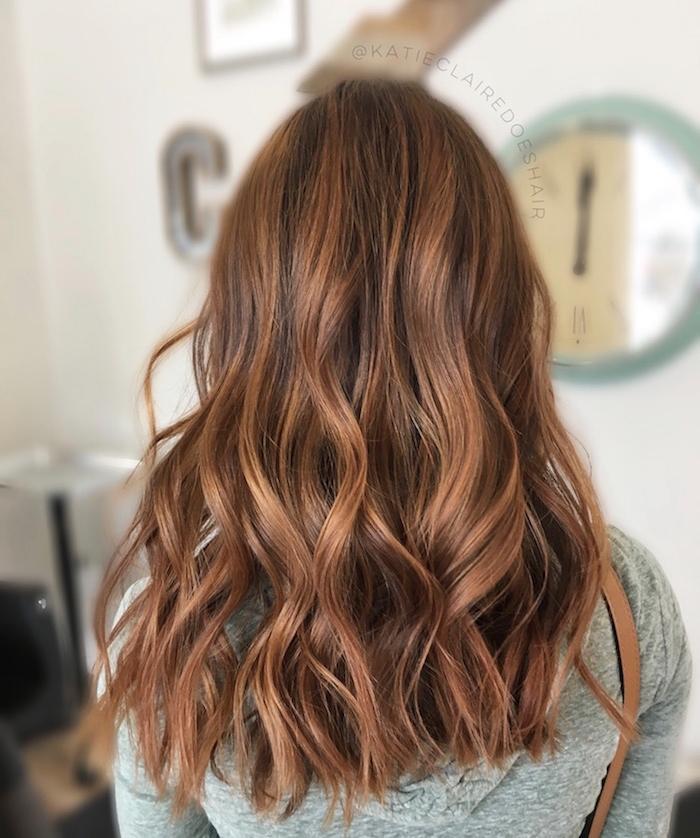 strähnchen in helleren braunen nuancen auf kastanien farbe haare, elegant, dezente farbmischung, rötliche nuancen