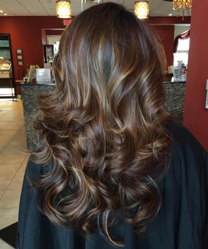 strähnchen färben in den haaren, braune haare schön stylen, dezente highlights in den haaren