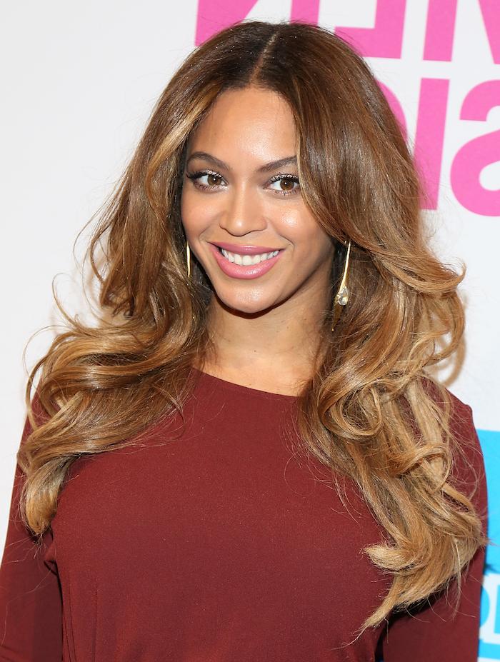 blonde strähnen passen sich dezent und elegant an der frisur von beyonce an, schöne sängerin, lächeln