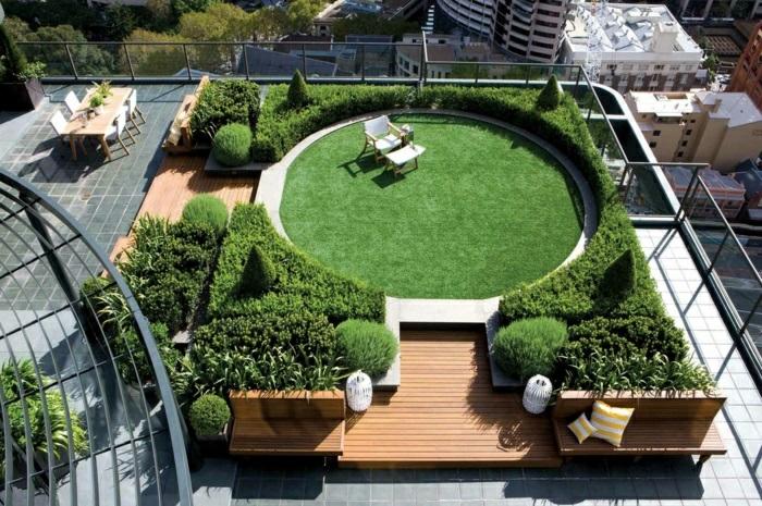 schöne terrasse gestalten am dach, große grüne fläche mit liegestühlen und sitzraum, schön bepflanzt