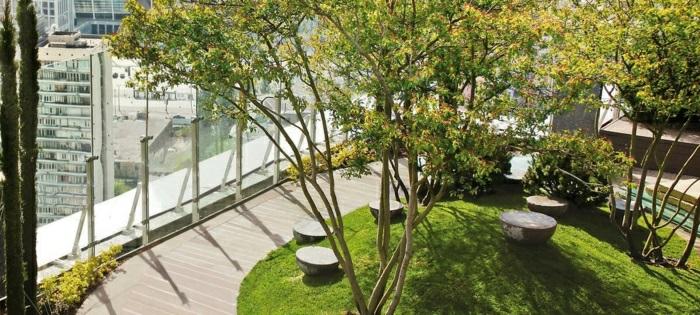 balkon ideen, kleine dachterrasse mit schönen blumen arrangieren, baum auf terrase, gras, grüne fläche
