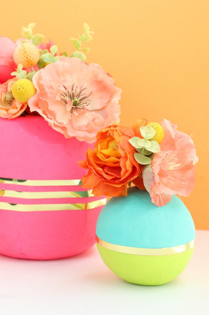 Vasen aus Styropor selber basteln, fröhliche Farben, schöne Geschenkidee für Freundin