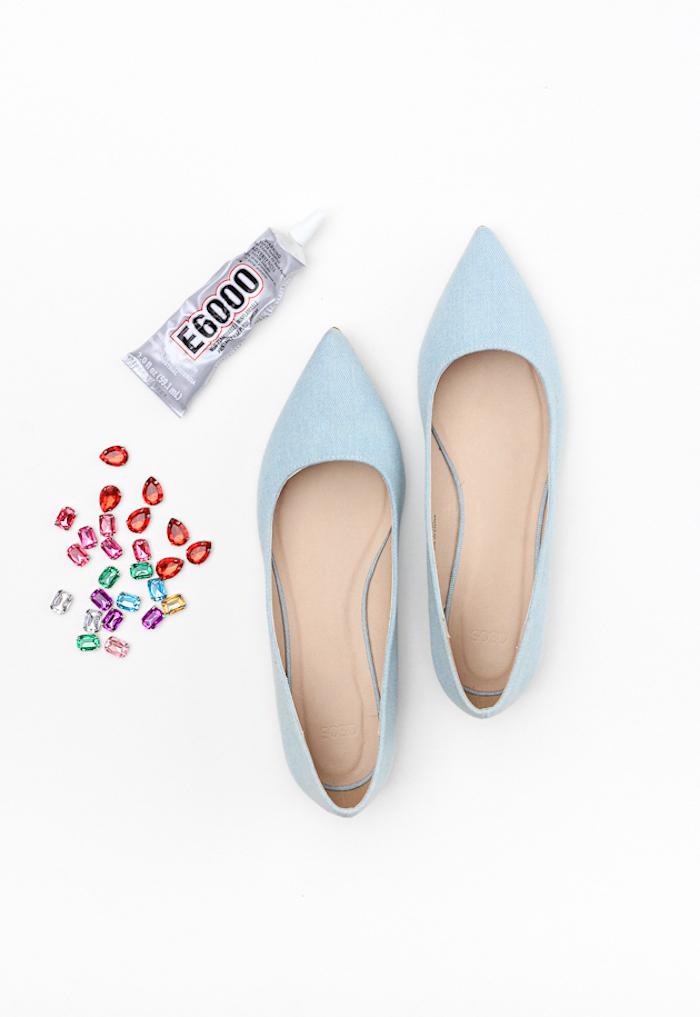 Schönes Geburtstagsgeschenk für Freundin, schlichte blaue Schuhe mit bunten Kristallen verzieren
