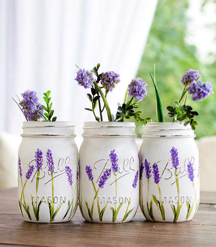 Vasen kreativ gestalten, mit weißer Acrylfarbe bemalen, Lavendel aufzeichnen, DIY Idee zum Nachmachen