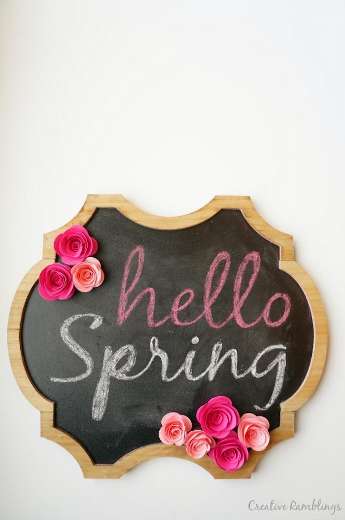 Schreibtafel mit Blumen aus Papier verzieren, Aufschrift Hallo Frühling, Leiche DIY Idee