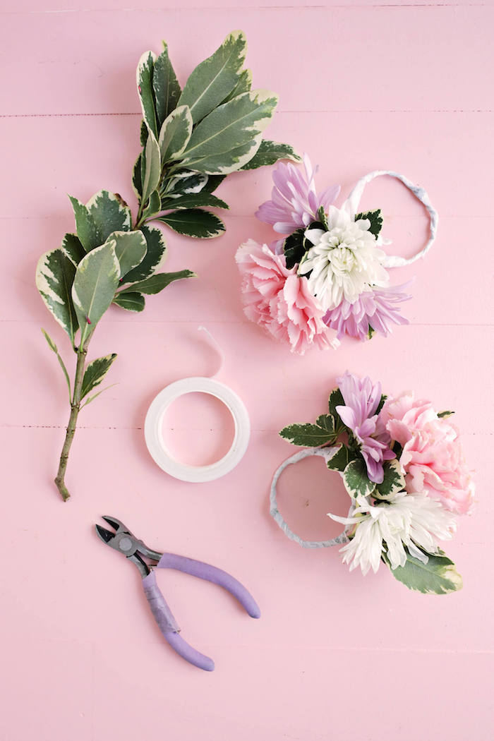 Serviettenhalter mit lila und weißen Chrysanthemen und rosa Nelken, echte Blüten und Blätter befestigen