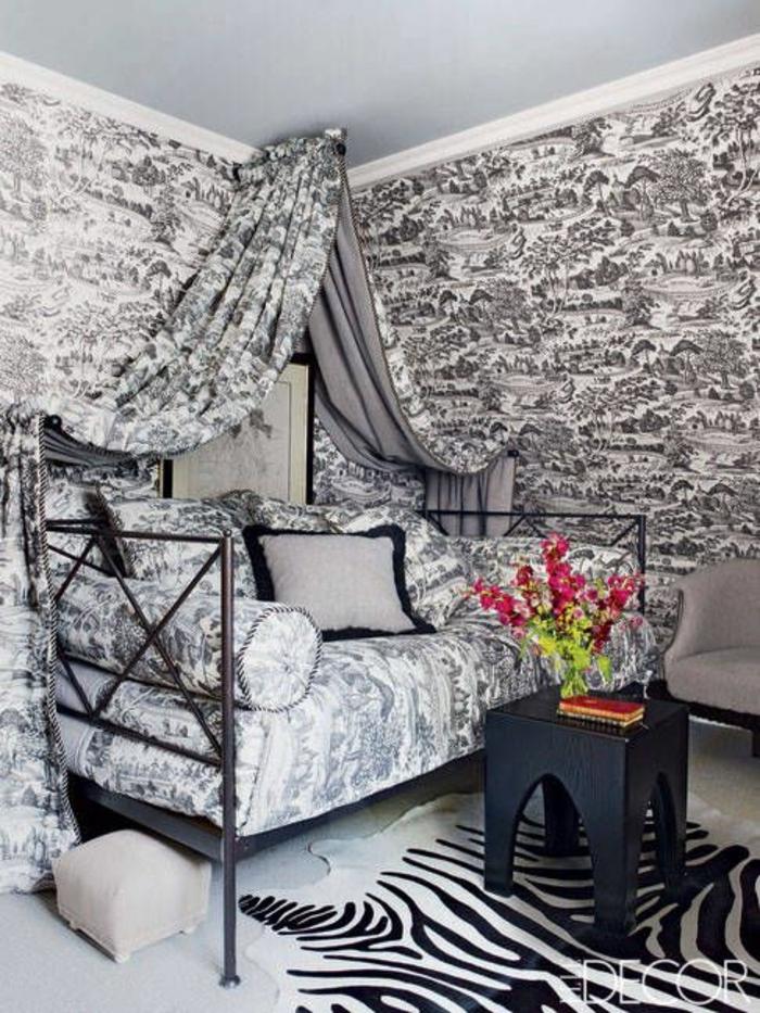 ein Sofa, Bettdecke und Wände in gleichen grauen Muster, welche Farbe passt zu Grau