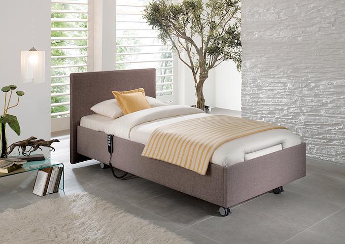 Schlafzimmereinrichtung für erholsamen Schlaf, helle Farbnuancen, grüne Zimmerpflanzen