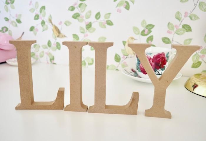 Buchstaben aus Pappmache mit künstlichen Blumen und Moos verzieren, DIY Deko Idee fürs Babyzimmer