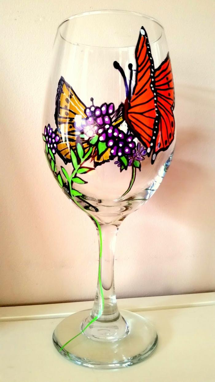 ein Glas mit schönen Schmetterlingen dekoriert, lila Blumen, Glas bemalen
