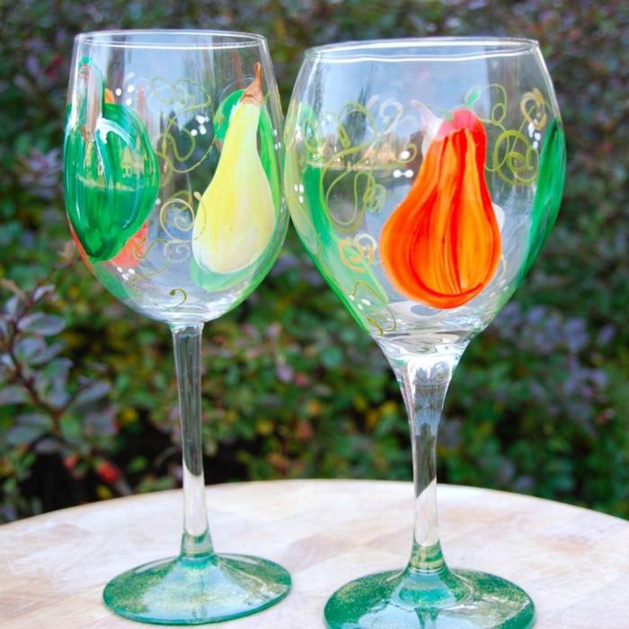 bunte Birme auf Glas bemalen, orange, gelbe Birne, blaue Gläser, zu einem Fest dekoriert