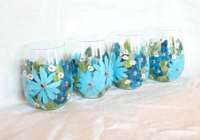zwei Schattierung von blauen Blumen und kleine weiße Blumen, Glas bemalen
