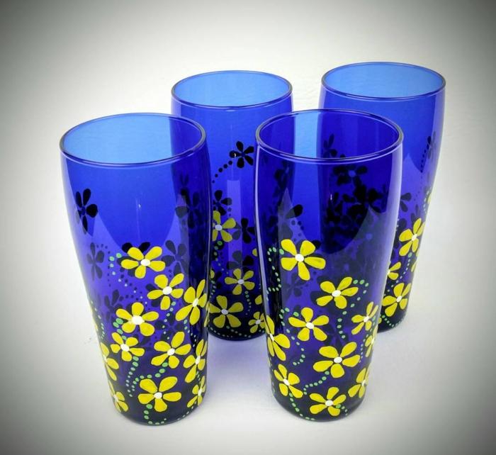 blaue Gläser mit gelben Blümchen, schnell und einfach Glas bemalen