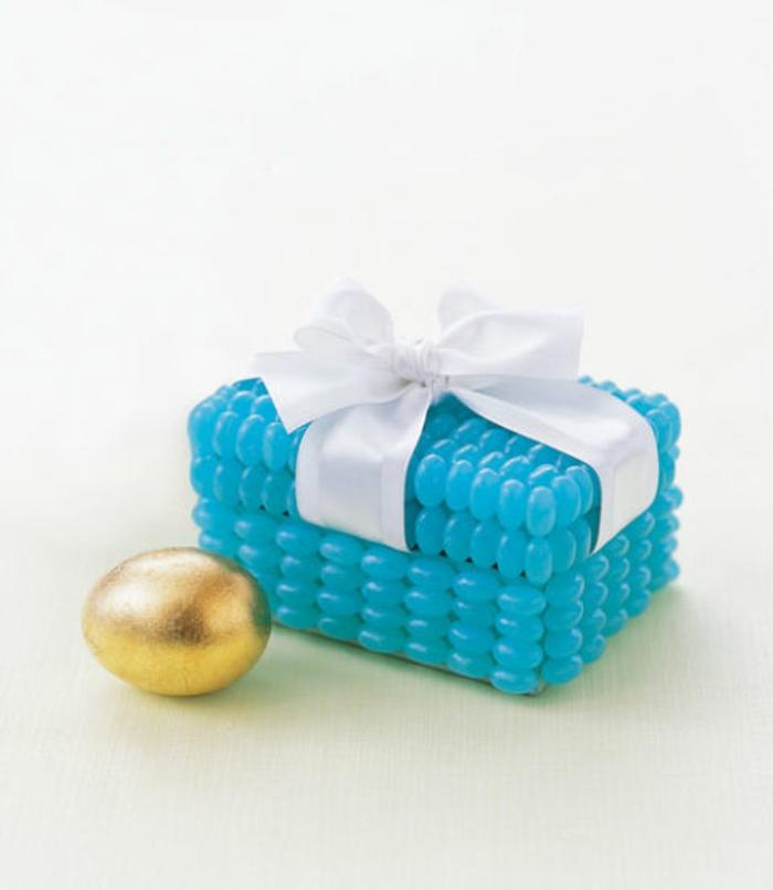 eine kleine Schachtel voller goldene Schokoladeneier, Ostergeschenke basteln
