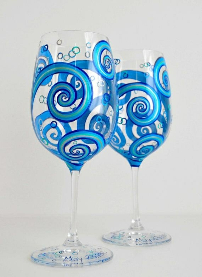 blaue Gläser, schön bemalte Spirale, mit dem Datum von Hochzeit, Glas verzieren