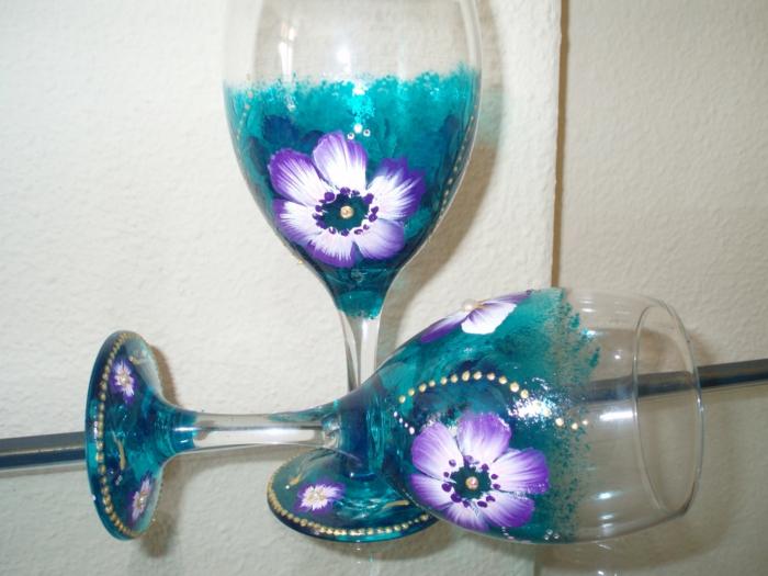 zwei prächtig dekorierte Gläser in blauer Farbe mit kleinen weißen Blumen, Glas verzieren