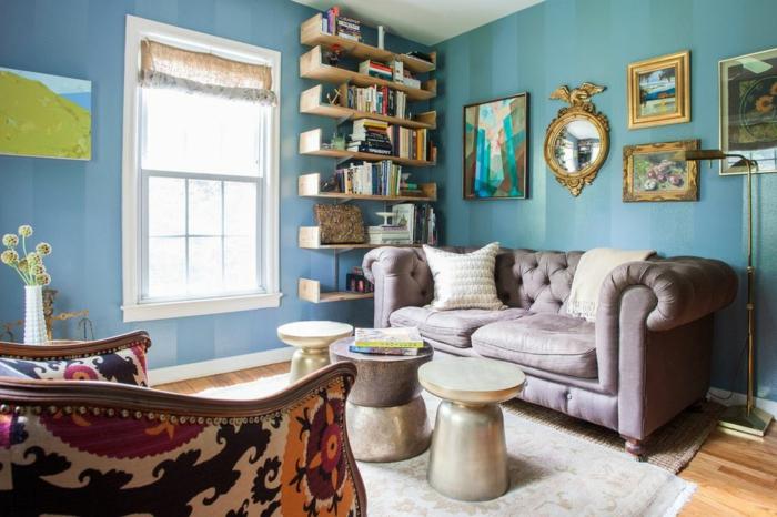 Regalsystem aus Holz, graues Sofa, gerundete Tische, Wohnzimmer Ideen für kleine Räume