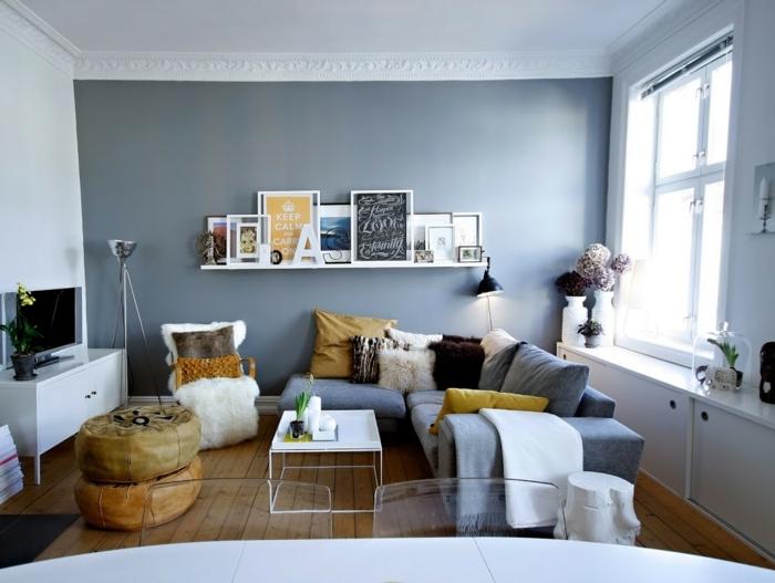 blaues Sofa, Wohnzimmer Ideen für kleine Räume, kleine Wohnzimmermöbel, Laminat Boden