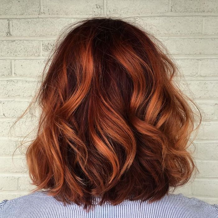rote strähnchen in braunem haar, ideen für mittellange haare, damenmode, frisuren des jahres